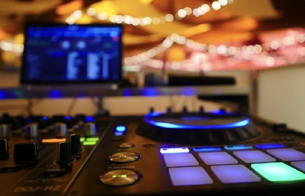 DJ mariage : sonorisation matériel DJ éclairage